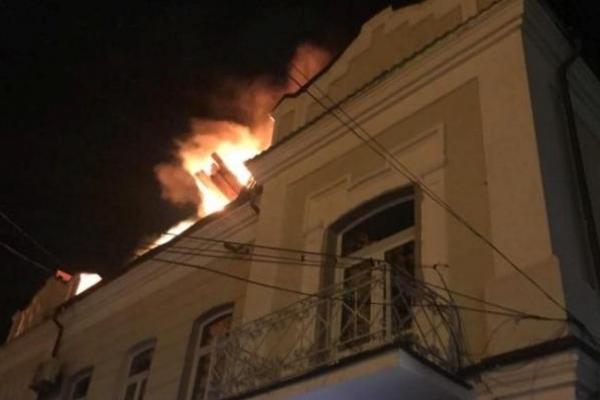 У Рівному  з 23 на 24 серпня цілу ніч гасили пожежу в будинку, де галерея Косміаді