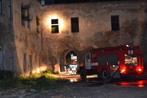 Рятувальники ліквідували пожежу на території Клеванського замку (Фото, відео)
