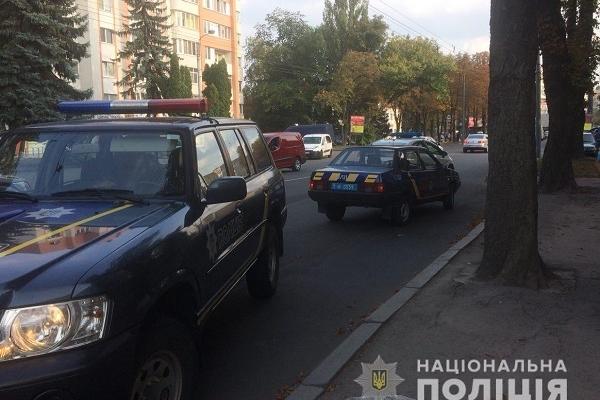 Під колеса автомобіля поліції потрапив хлопець