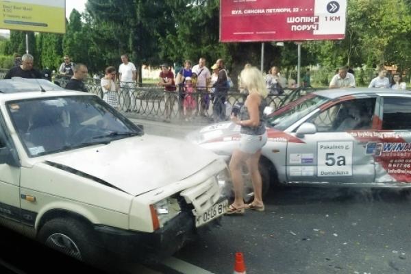 У Рівному не розминулися дві автівки (Фото)