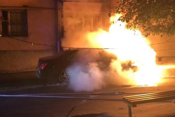 Рівненські поліцейські встановлюють причину загорання автомобіля на вулиці Чорновола (Фото, відео)