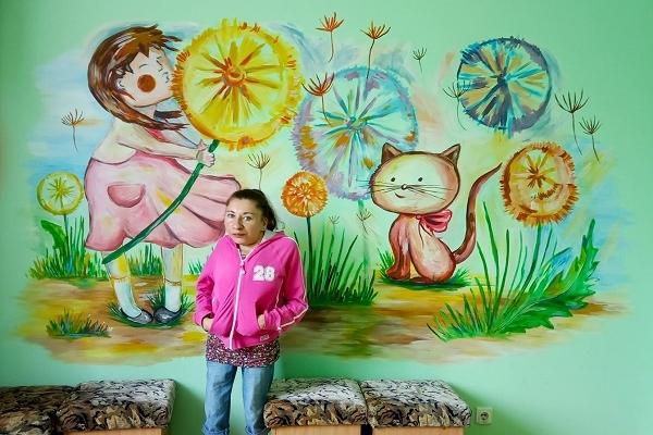 Художниця з Луганщини розмалює стіни ще однієї лікарні на Рівненщині