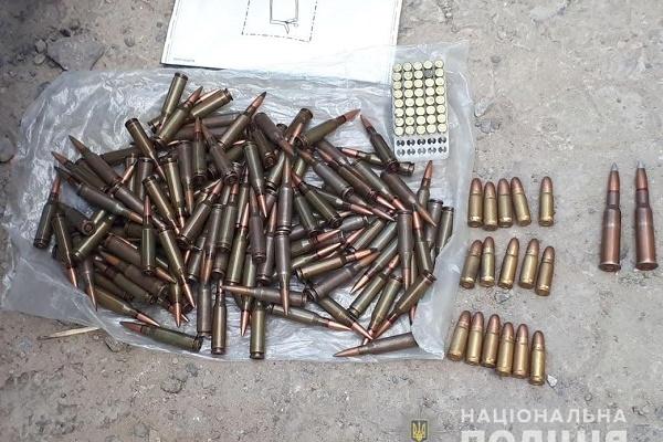 У Рівному чоловік зберігав боєприпаси та наркотики (Фото)