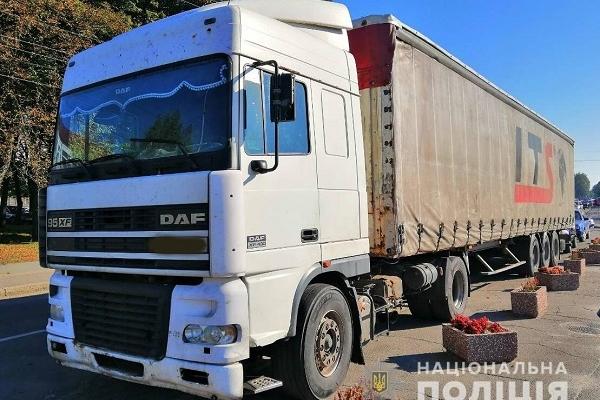 Вантажівку, яка перевозила деревину без документів, вилучили поліцейські (Фото)
