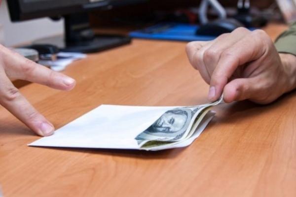 У Рівному лікар отримав  200 доларів за відмазування призовника від армії