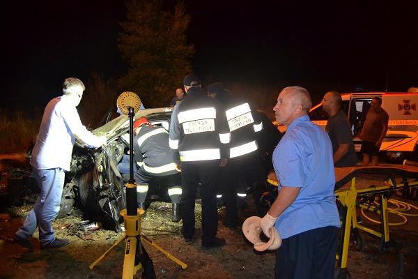Водія легковика, який потрапив в аварію вчора вночі, звільняли рятувальники (Фото)
