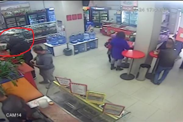 У магазині в Костополі посеред дня викрали скриньки з пожертвами для хворих діток (Відео)