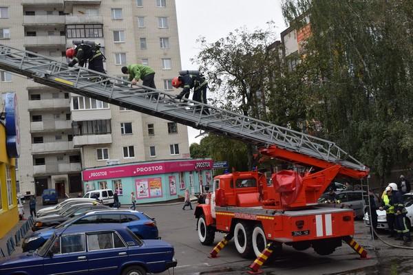 Як рятувальники гасили пожежу у рівненському супермаркеті? (Відео, фото)