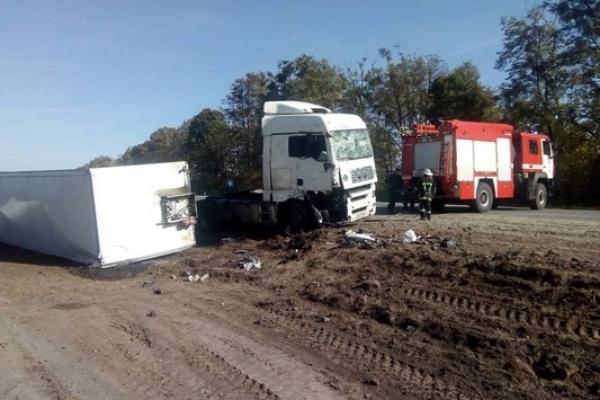 Злетіло дві вантажівки в кювет на трасі «Київ-Чоп» (Фото, відео)