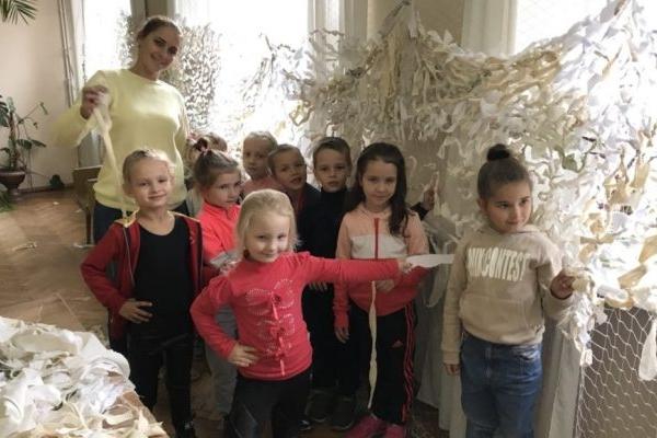 У Костополі плетуть маскувальну сітку для бійців АТО