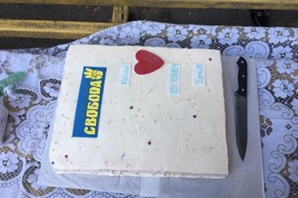 «Свобода» відкрила у Рівному дитячий майданчик і пригощала тортиком (ФОТОРЕПОРТАЖ)
