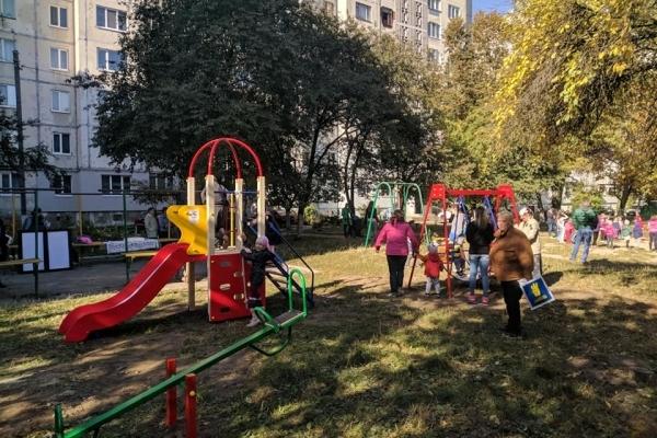 У Рівному на Буковинській з'явився дитячий майданчик (Фото)