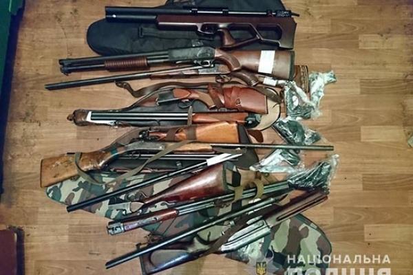 Жителі Рівненщини продовжують здавати зброю