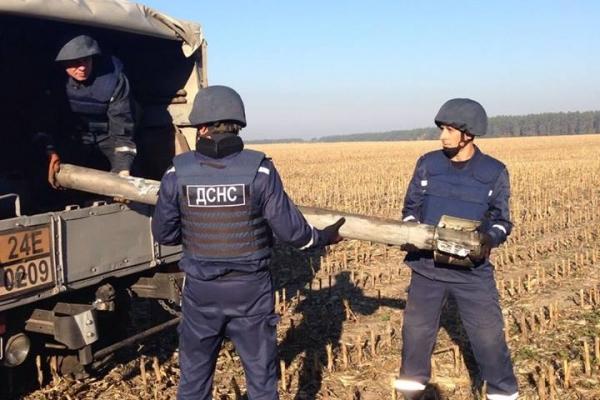 Рівненські піротехніки продовжують розміновувати територію поблизу смт Дружба (Фото)
