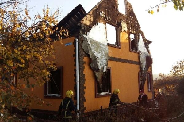У Костополі вогнеборці ліквідували пожежу у двох житлових будинках та гаражах (Фото, відео)