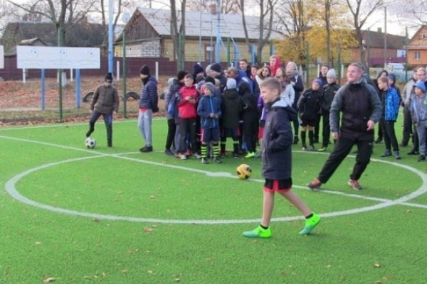 У двох районах Рівненщини  з'явилися нові футбольні міні-поля