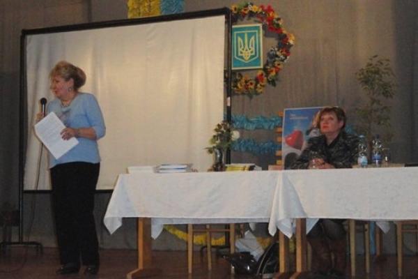 Рівненська письменниця презентувала своє «Серце на ниточці» військовикам в Оржеві
