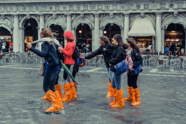 Венеція крізь об'єктив рівнянки: повінь, вулички під водою, але туристів не меншає (Фото)