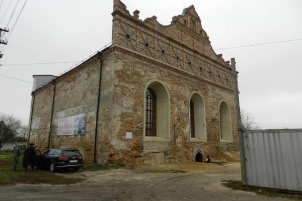 За крок до остаточного відновлення: на дверях Острозької синагоги встановили Мезузу (Фото, відео)