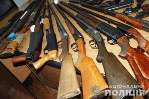 На Рівненщині громадяни масово здають зброю
