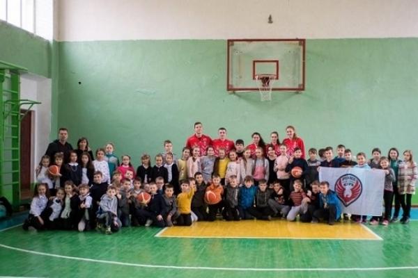 Гравці БК «Рівне» вчили чотирикласників баскетболу