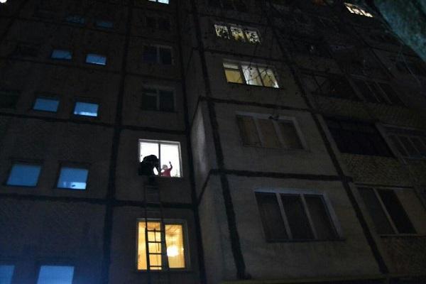 У Рівному малолітня дитина опинилася зачиненою у квартирі (Фото)