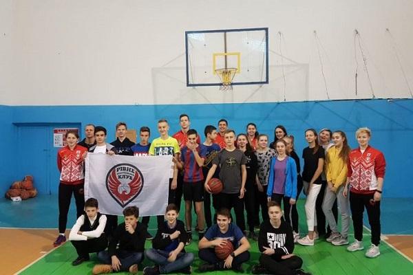Гравці БК «Рівне» відвідали РКГ «Престиж» з уроком баскетболу