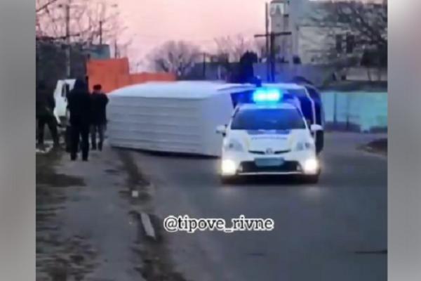 На перехресті поблизу Рівного перекинувся автомобіль (Відео)