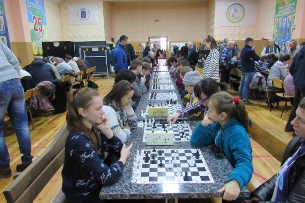 До Міжнародного Дня людей з інвалідністю на Рівненщині провели змагання з шахів (Фото)