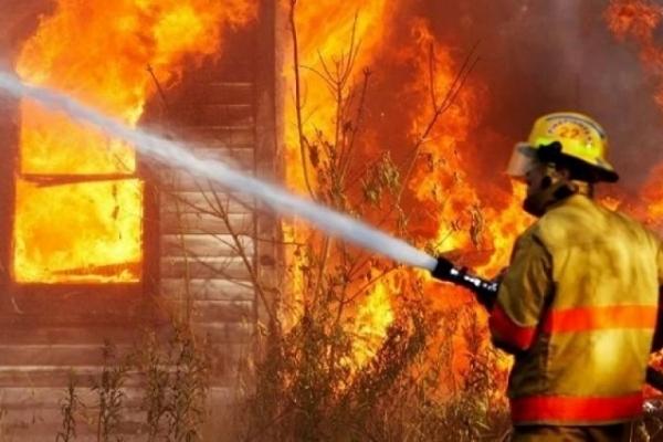 На Рівненщині під час пожежі згоріли автомобіль та мотоцикл