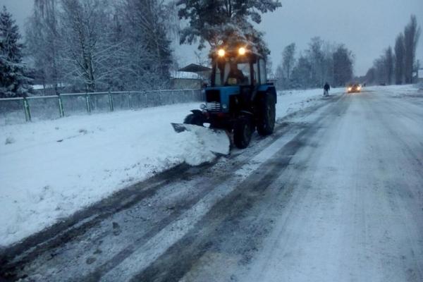 Вночі Рівненщину припорошило снігом, на дорогах працювала спецтехніка (Фото)
