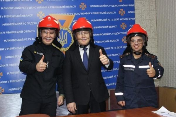 Млинівським рятувальникам вручили три нових сучасних каски (Фото)
