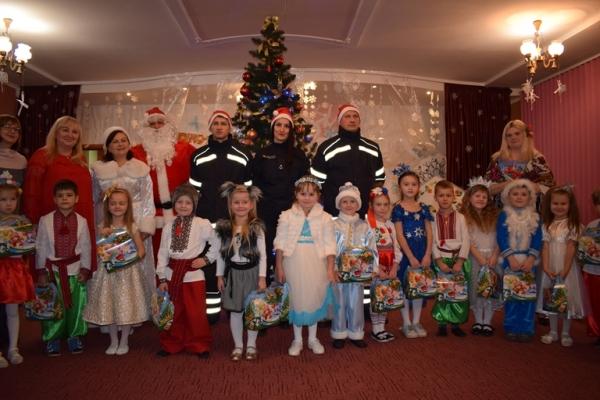Рівненські рятувальники привітали дітей з новорічними та різдвяними святами (Фото, відео)