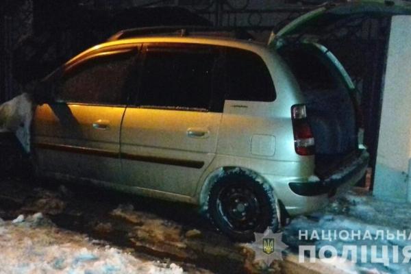У Рівному на вулиці Миколи Хвильового підпалили автомобіль (Фото, відео)