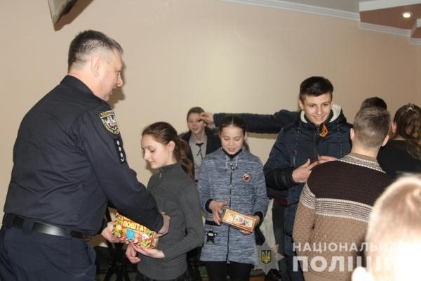 На Різдво до рівненських поліцейських завітали вихованці будинку сімейного типу (Фото)