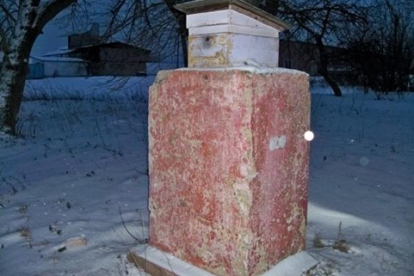 Декомунізація по-дядьківськи: що у Мошкові на Млинівщині стоїть на постаменті замість Енгельса?
