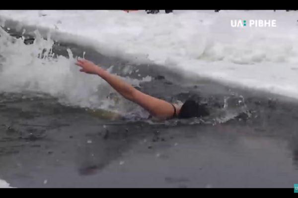 Як у Рівному пройшов міський фестиваль зимового плавання (Відео)