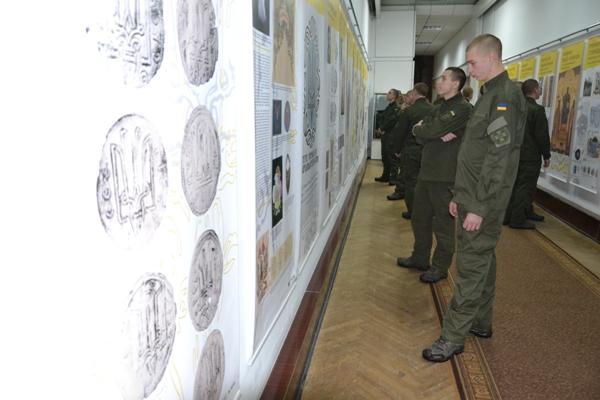 Виставку про тризуб відвідали у Рівненському краєзнавчому нацгвардійці