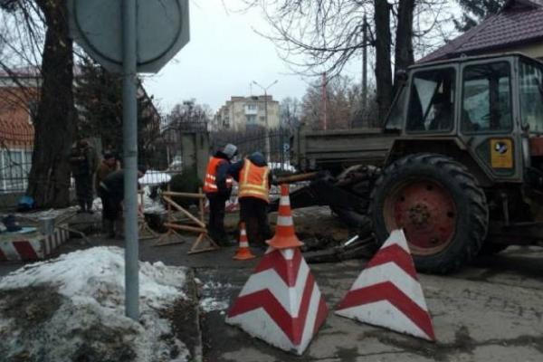 Працівники «Рівнеоблводоканалу» розкопали частину тротуару на вулиці Дубенській