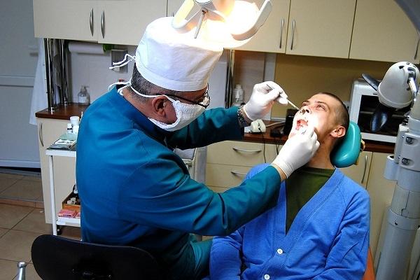 У Рівному військові лікарі-стоматологи за день проводять пацієнтам більше десяти операцій
