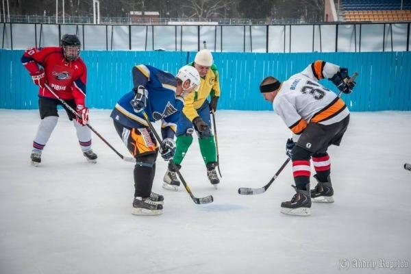 Гра для хоробрих: у невеличкому містечку на Рівненщині грають у хокей (Фото, відео)