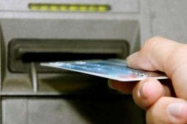 У Вараші молодик підгледів пін-код і зняв гроші із картки, яку жінка необачно забула