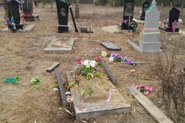Поліцейські встановили, хто познущався над могилами у Зарічненському районі