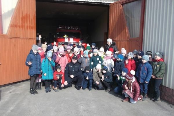 На Рівненщині рятувальники провели для школярів пізнавальну екскурсію пожежною частиною