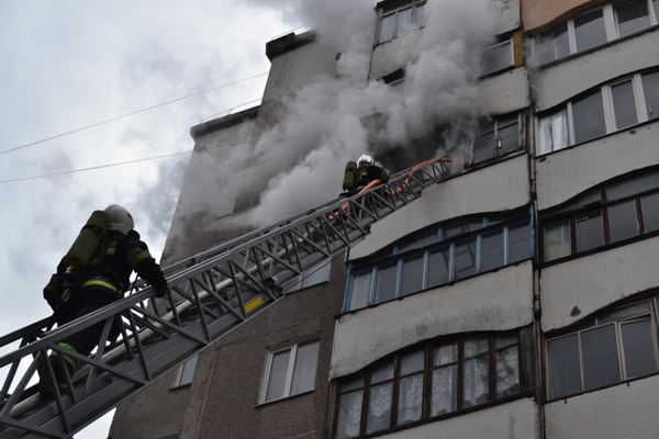 Як  у Рівному рятувальники на сьомому поверсі пожежу гасили (ФОТО)