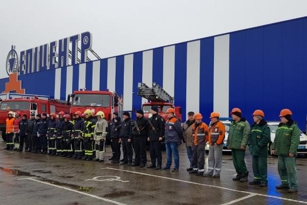 В місті Дубно рятувальники провели тактико-спеціальні навчання на території гіпермаркету «Епіцентр-К»