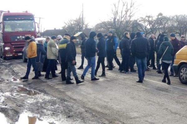 У Радивилівському районі  люди перекривали дорогу
