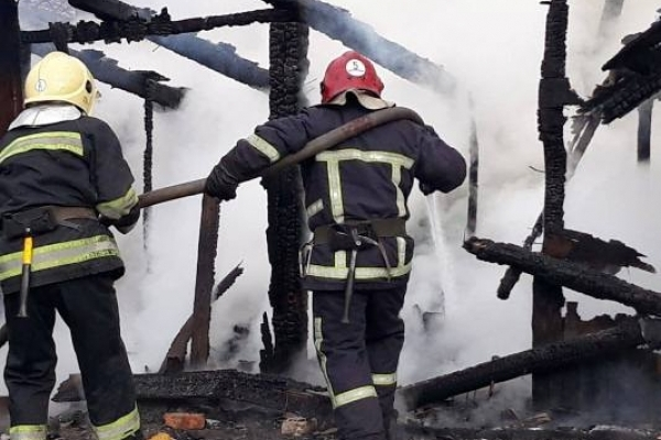 У Дубні господарська будівля згоріла дощенту