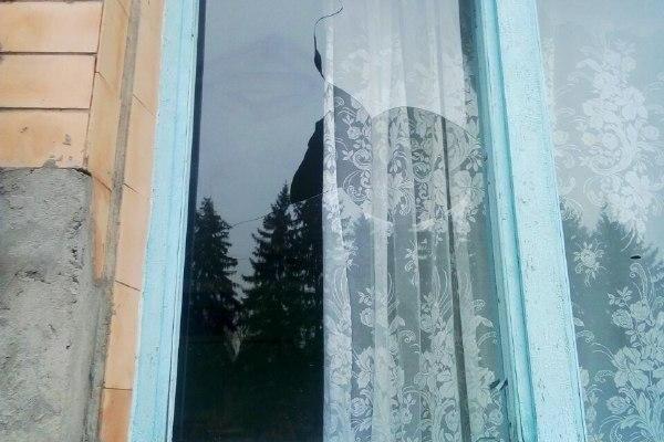 На Демидівщині невідомі пошкодили вікно виборчої дільниці (Фото)