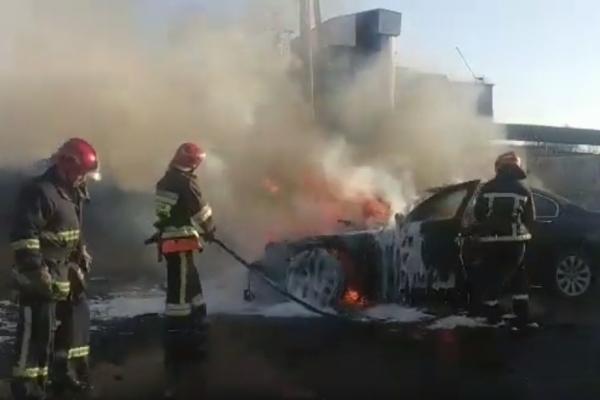 Легковий автомобіль, що загорівся внаслідок ДТП, гасили рівненські вогнеборці (Відео)